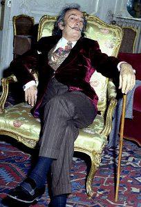 Salvador Dali i en stol